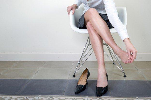 La metatarsalgia se manifiesta con frecuencia en las personas que utilizan con frecuencia zapatos con tacón